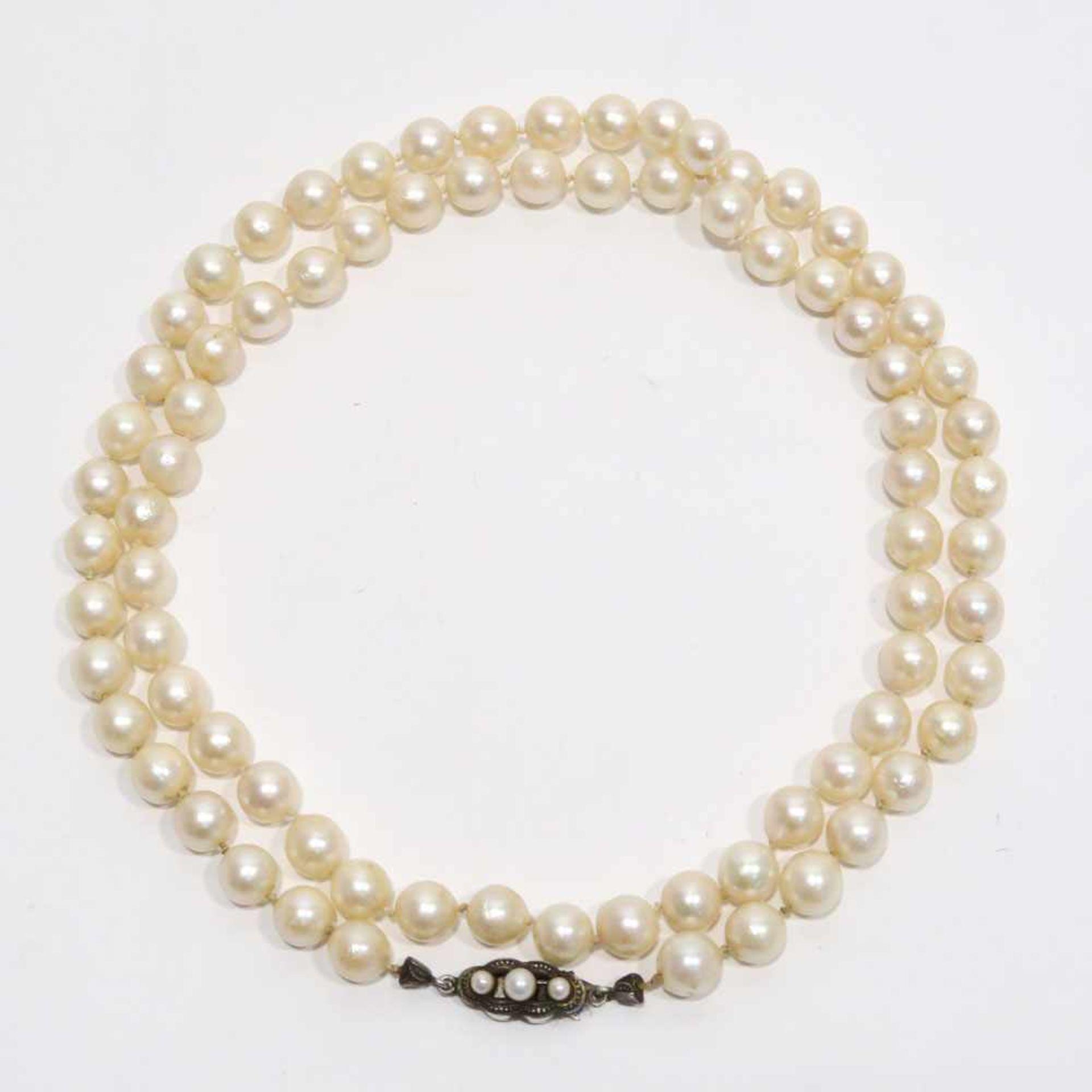 Akoja-ZuchtperlenketteEinreihig. Silber Schließe, Marken (835), besetzt mit drei Perlen. L. 74