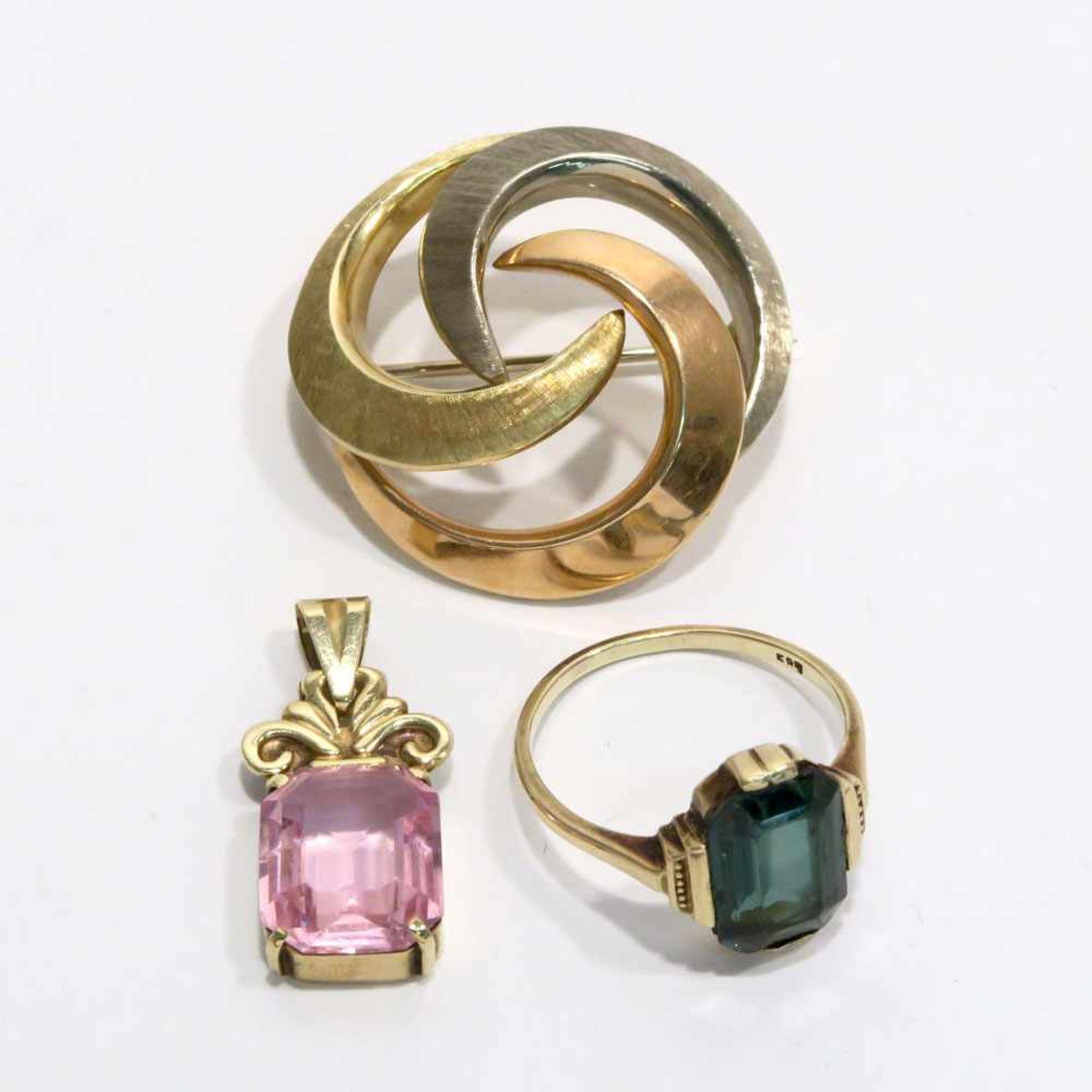 Ring, Anhänger und Brosche14 K GG/RG/WG, Marken (585 u.a.). Der Ring mit grünem, synth. Spinell