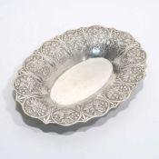 Ovale Schale20. Jh. Silber. Geschwungener Rand mit reliefiertem floralem Jugendstildekor. Marken (