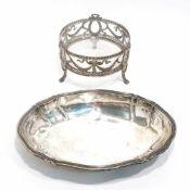 Zwei SchalenDeutsch. Silber, tlw. mit Glaseinsatz. Oval mit profiliertem Rosenblattrand bzw. rund
