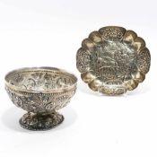 Fußschale / SchälchenU.a. wohl Niederlande, 19. Jh. Silber. Fußschale mit reliefiertem Blumen- und