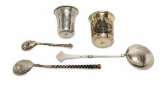 Zwei Becher und drei LöffelRussland, 19. Jh. und 1908 - 1917. Silber, tlw. vergoldet. Verschiedene