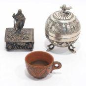 Zwei DosenU.a. wohl Osteuropa, 19. Jh. Silber bzw. versch. Metalle, tlw. versilbert. Kugelförmig auf