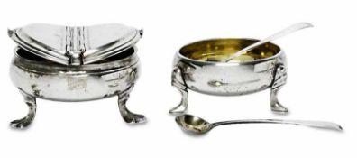 Zwei Gewürzschälchen / zwei Löffelchen18./19. Jh.Silber, innen vergoldet. Runde bauchig