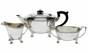 Teekanne, Sahnekännchen und ZuckerschaleSheffield, 1948/49Silber. Glatte, leicht bauchi