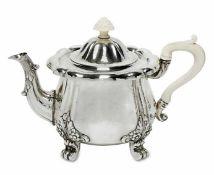 TeekanneHanau, J. D. Schleissner Söhne, 1. Viertel 20. Jh.Silber. Martellierte, leicht