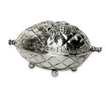Etrogdose2. Hälfte 20. Jh.Silber. Ovale Fruchtform mit reliefiertem Früchtedekor, vier