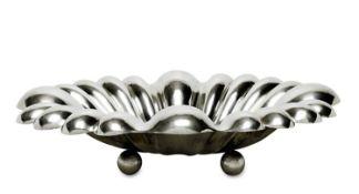 Große SchaleSilber. Ovale Schale, fächerartige Rippung, auf vier Kugelfüßen.Marken (800).56 x 46 cm.