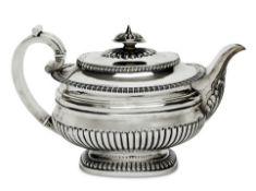 TeekanneLondon, 1824/25, möglicherweise Joseph PreedySilber. Auf rechteckigem Fuß rechteckiger,