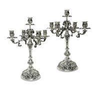 Ein Paar GirandolenMailandSilber. Fünfflammig mit vier aus Akanthusranken geformten Leuchterarmen.