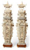 Paar ZiergegenständeChinaZweiteilig; auf achteckiger Sockelplatte der achtfach gekantete Korpus