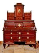 Klassizistisches Zylinderbüro mit AufsatzWohl Mainz, um 1785Dreiteiliges Möbel auf kurzen