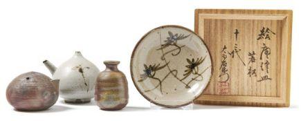 Vier KeramikgefäßeJapan, 20. Jh.Kugeliger Tuschwassertropfer mit feinem Rillendekor für Zen-Malerei,