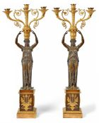 Paar figürlicher Empire-GirandolenFrankreich, um 1810Auf quadratischem Postament mit applizierten