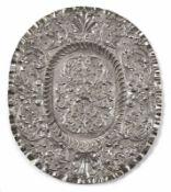 Ovale Schauplatte mit RankendekorAugsburg, um 1690Samuel Schneeweiss (Mstr. um 1670-1697). Durch
