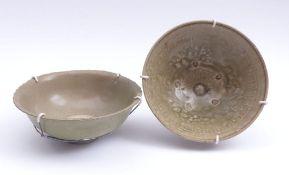 Zwei Seladon-SchalenChina, wohl Song-Dynastie, 960-1.280 n. Chr. oder späterTief gemuldete Formen