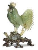 Figur eines Hahns (Tori)Japan, 20. Jh.Vollplastische Figur auf Felsensockel stehend. Grüne Jade,