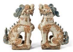 """Paar koreanische Wächterlöwen """"Komainu""""Japan, im Stil der alten ZeitAuf rechteckiger Sockelplatte"""