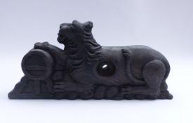 Figürlicher FassriegelE. 18./A. 19. Jh.Geschnitzt in Form eines liegenden Löwen, seine Pranke