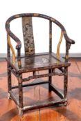 Hufeisen-Stuhl mit LackmalereiChina, Qing-DynastieVier gerade, rundum verstrebte Rundholzbeine,