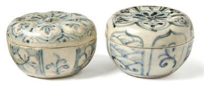 Zwei kleine Deckeldosen für die TeezeremonieAnnam/Vietnam, 15./16. Jh.Bauchige Form mit flachem
