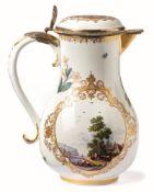 Kanne mit VermeilmontierungMeissen, um 1735Auf der birnförmigen Wandung zwei Goldspitzenkartuschen