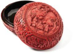Runde Rotlackdose mit DeckelChina, um 1780Bauchige Form mit umlaufenden floral ornamentierten