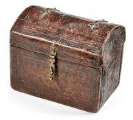 SchmuckkästchenFrankreich, um 1700In Form einer kleinen Runddeckeltruhe, außenliegende Messingbänder