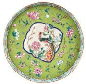 Runde Platte mit Vogel-Fels-DekorChina, Qing-Dynastie - 19. Jh.Flacher Spiegel mit schmalem, steil