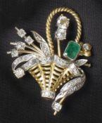 Dekorative Brillant-Smaragd-Brosche20. Jh.In Form eines Korbes gestaltete Schauseite besetzt mit