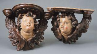 Konsolenpaar18. Jh. und späterAuf vollplastisch geschnitzten, geflügelten Engelsköpfen mit gelocktem