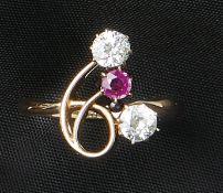 Diamant-Rubin-RingA. 20. Jh.Schmale Schiene mit durchbrochener Schauseite, mittig besetzt mit
