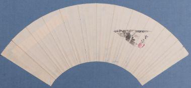 Fächerblatt mit fliegendem VogelJapan, E. 19. Jh.Tusche/Papier. Beschriftet. 15,5 x 50 cm, auf