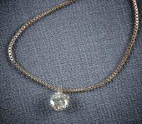 Solitär mit KetteE. 20. Jh.An Venezianergliederkette gefasster Diamant im Brillantschliff von