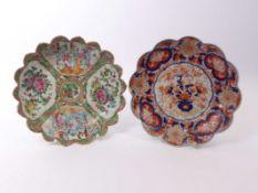 Zwei TellerChina und Japan, 19./20. Jh.Famille-rose-Teller mit gezacktem Rand und vier Reserven