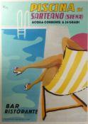 """Werbeposter """"Piscina di Sarteano""""Um 1960Rückansicht eines Liegestuhls mit einer Dame am Rand eines"""