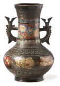 Archaisierende Vase mit BlütendekorJapan, 20. Jh.Über rundem Stand gedrückt kugelbauchiger Korpus