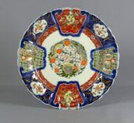 Imari-TellerJapan, 20. Jh.Im Spiegel rundes Ornament mit Drachendekor, auf der Fahne große