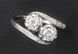 Brillantring1. H. 20. Jh.Als sog. Toi-et-moi-Ring besetzt mit zwei Diamanten im Brillantschliff