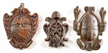 Drei kleine Wappenkartuschen