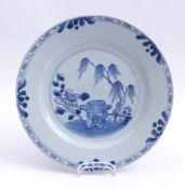 Blau-weißer Teller mit Landschaftsdekor