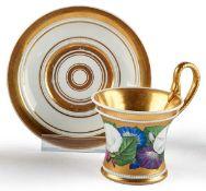 Tasse mit Blumendekor und Untertasse