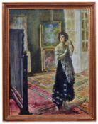 Elegante junge Dame vor dem Spiegel stehend