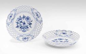 """Teller und Schale, Meissen20.Jh. Porzellan, Gitterrand, Dekor """"Blaues Zwiebelmuster"""". Bezeichnet:"""