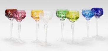 8 Stängelgläser, Böhmen20.Jh. Farbloses Kristallglas, verschiedenfarbig überfangen, Schliffdekor.