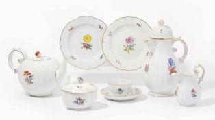 Kaffee/Teeservice, Meissen20.Jh. Porzellan, Neu Dulong-Reliefdekor, farbige Blumenmalerei.