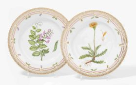 """2 Teller """"Flora Danica""""Royal Copenhagen. 20.Jh. Porzellan, reliefierter und gezackter Rand, im"""