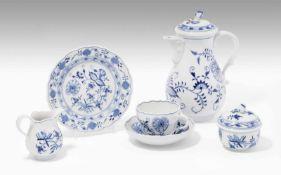 """Kaffeeservice, Meissen20.Jh. Porzellan, Dekor """"Blaues Zwiebelmuster"""". Bezeichnet: Schwertermarke (2."""