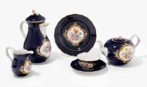 Kaffee/Teeservice, Meissen20.Jh. Porzellan, kobaltblauer Fond, farbige Blumenmalerei in Reserven.