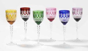 6 Stängelgläser, Böhmen20.Jh. Farbloses Kristallglas, verschiedenfarbig überfangen, Schliffdekor.